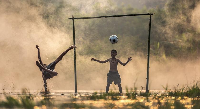 FJW: Na polach śmierci dziś gra się w piłkę – jak futbol w Kambodży próbuje zmartwychwstać